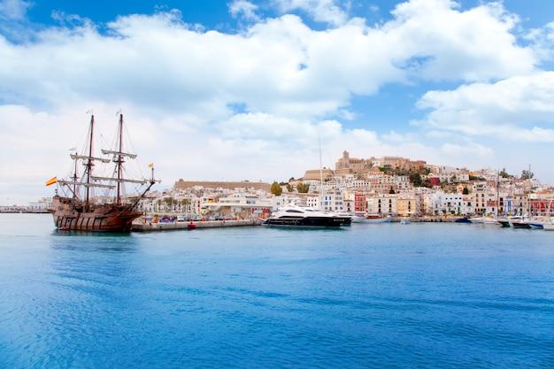Città di ibiza eivissa con la vecchia barca di legno classica
