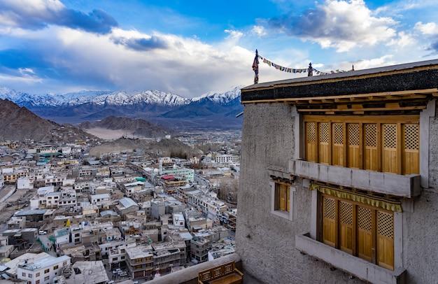 Città di leh del paesaggio urbano o del centro con il fondo della montagna dalla finestra del palazzo di leh a leh, india