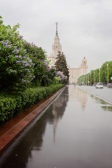 Città di mosca, vista dell'università di lomonosov, giardini fioriti e lilla, pioggia a mosca