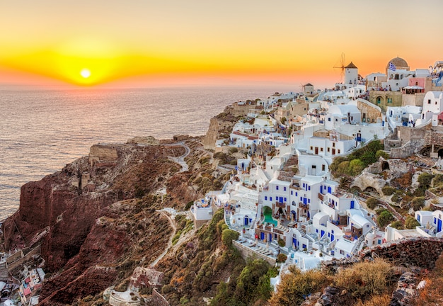 Città di oia, isola di santorini, in grecia
