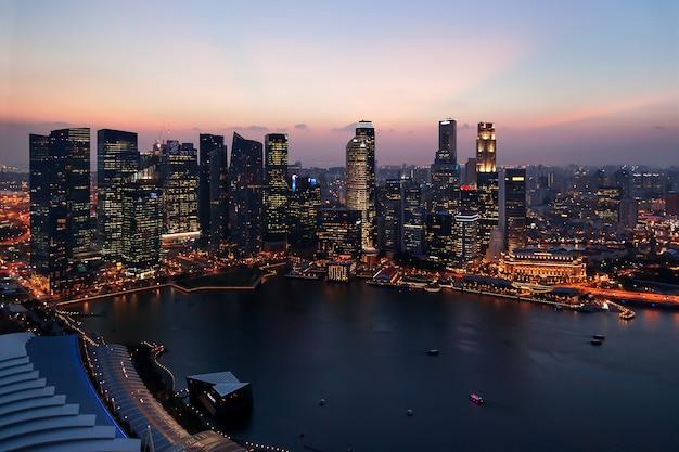 Città di singapore al tramonto. skyline di notte. grattacieli a marina bay.