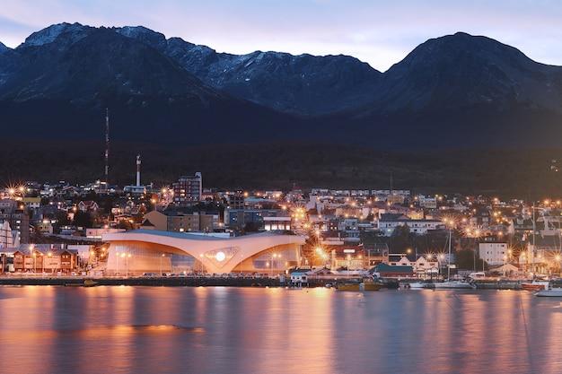Città di ushuaia durante la notte.