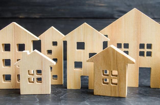 Città e case in legno concetto di aumento dei prezzi per l'alloggio o l'affitto.