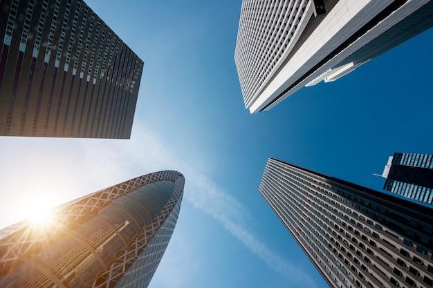 Città e distretto aziendale di tokyo shinjuku nella mattina a tokyo, giappone.