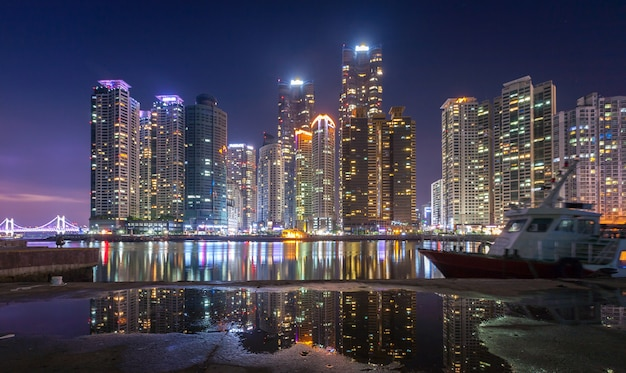 Città e grattacieli di busan nel distretto di haeundae a busan, corea del sud.