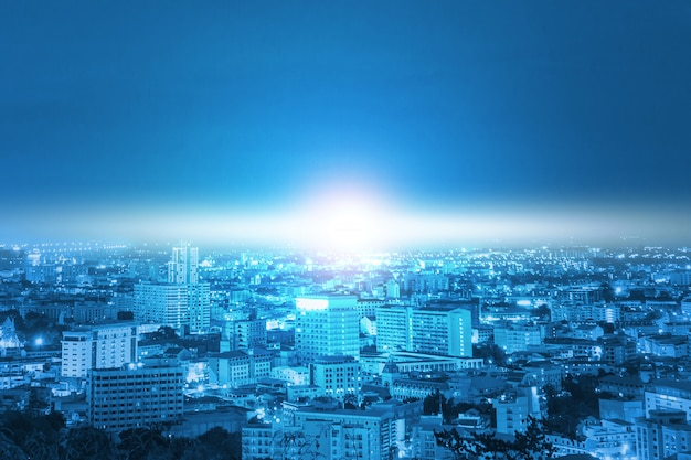 Città e luce blu con tecnologia di comunicazione