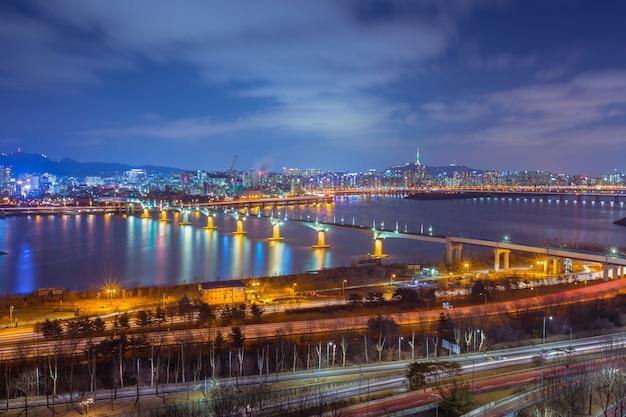 Città e ponte di seoul, bella notte della corea con la torre di seoul alla notte, corea del sud.