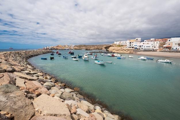Città e porto del villaggio di tajao nel sud di tenerife, isole canarie, spagna.