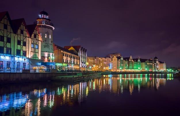 Città europea di notte. villaggio di pescatori di kaliningrad