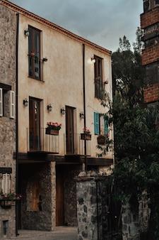 Città medievale, vicoli, porte, finestre,