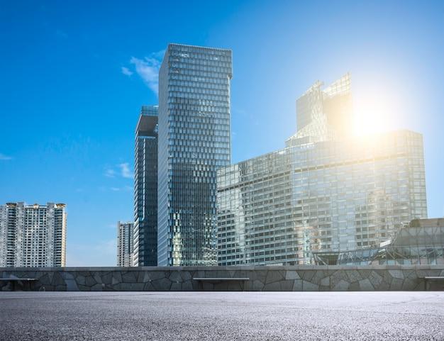 Città moderna con grattacieli di vetro