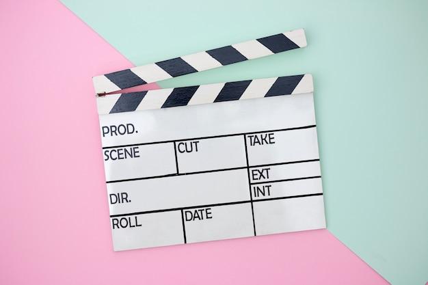 Clapper board su sfondo verde e rosa paster