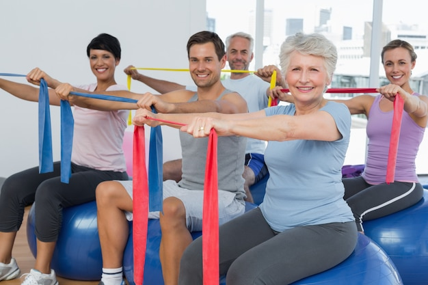 Classe che esercita le cinture di esercizio mentre si siedono sulle palle di forma fisica