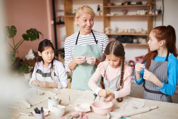 Classe di ceramica per bambini