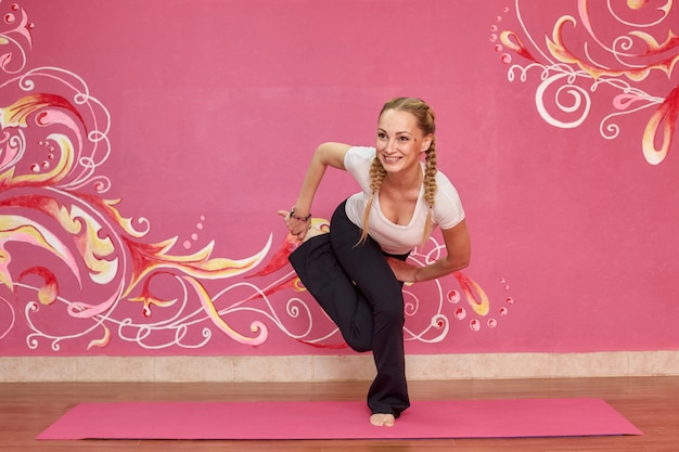 Classe di fitness o yoga, donna sportiva facendo esercizio in palestra