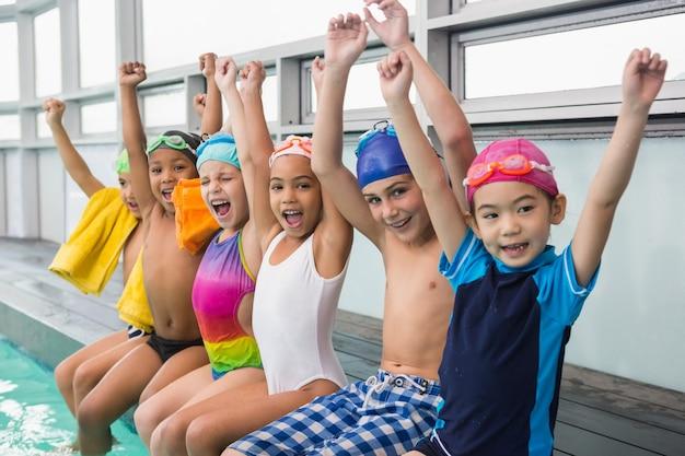 Classe di nuoto carina sorridente a bordo piscina