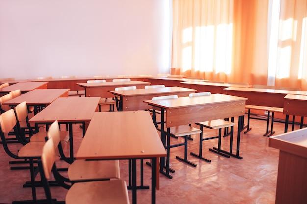 Classe scolastica vuota durante le vacanze scolastiche, ritorno a scuola, educazione dei bambini