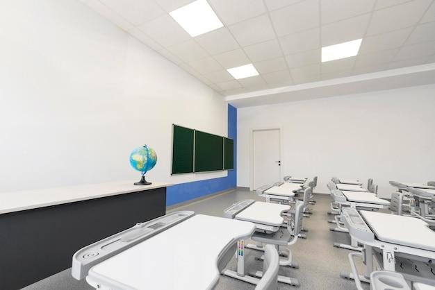 Classe vuota ad alto angolo senza studenti