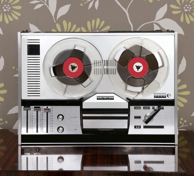 Classica bobina retrò per ascoltare musica vintage aperta
