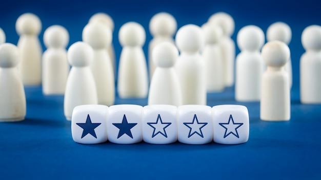 Classifica a due stelle sui cubi bianchi nell'immagine concettuale di feedback online o concetto di recensione del cliente