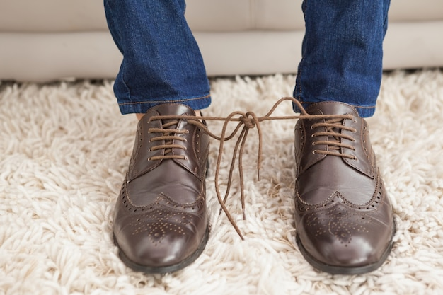 Classy equipaggia i lacci delle scarpe legati insieme