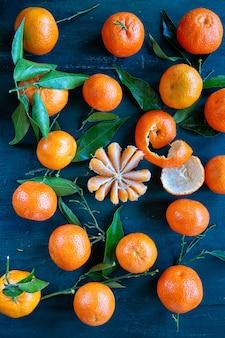 Clementine con foglie. frutta