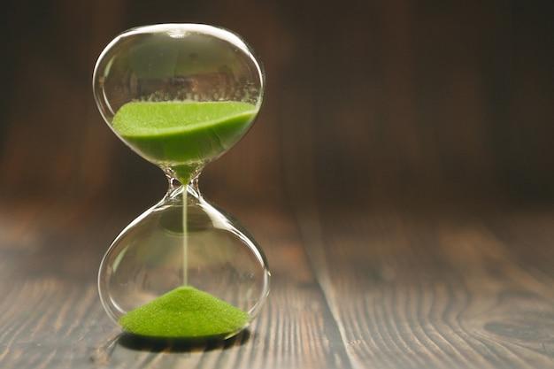 Clessidra con sabbia che cade all'interno di un bulbo di vetro, che passa tempo o tempo perso