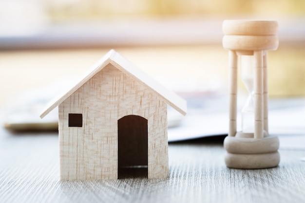 Clessidra in legno o vetro sabbia con la casa