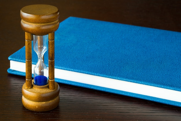 Clessidra o vetro sabbia su un tavolo