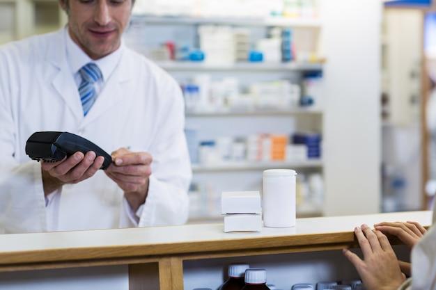 Cliente che effettua il pagamento tramite la macchina terminale di pagamento