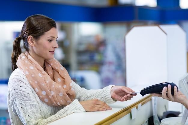 Cliente che effettua il pagamento tramite terminale di pagamento