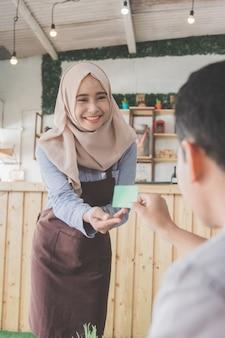 Cliente che paga le sue bollette con carta di credito