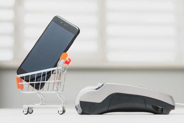 Cliente che utilizza il telefono per il pagamento al proprietario in negozio, ristorante, tecnologia senza contanti e concetto di pagamento con carta di credito