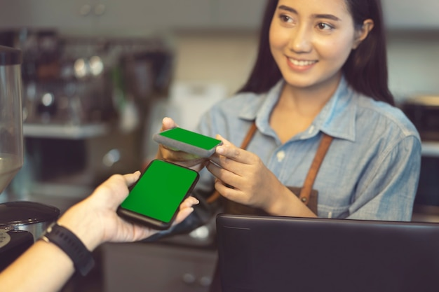 Cliente che utilizza la tecnologia nfc