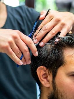 Cliente del primo piano che ottiene un taglio di capelli