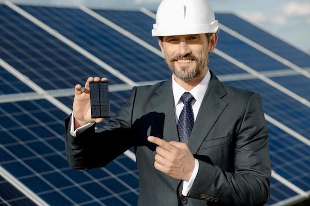 Cliente di affari che mostra dettaglio fotovoltaico del pannello solare.