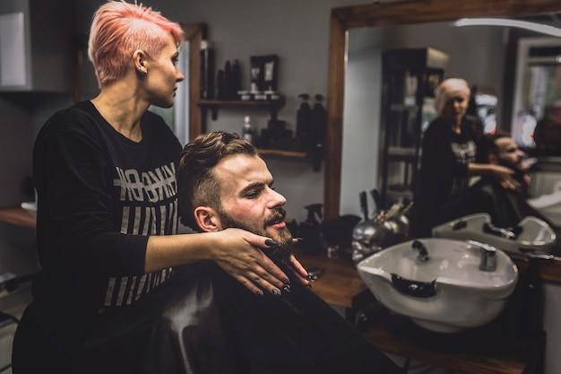 Cliente e parrucchiere nel negozio di barbiere