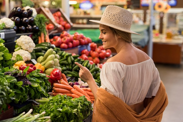 Cliente felice che esamina le verdure