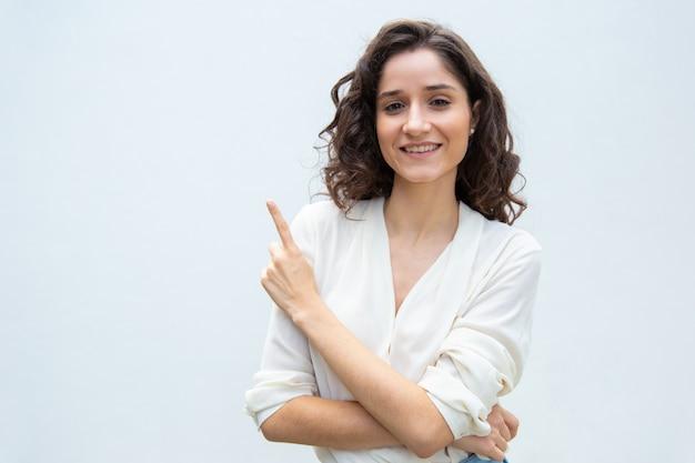 Cliente femminile allegro felice che condivide informazioni