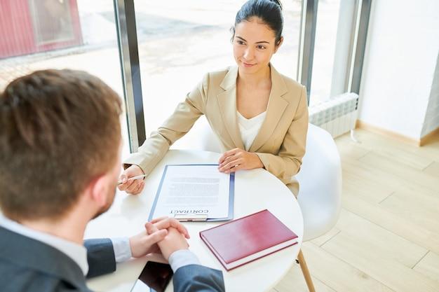 Cliente femminile di riunione del direttore aziendale