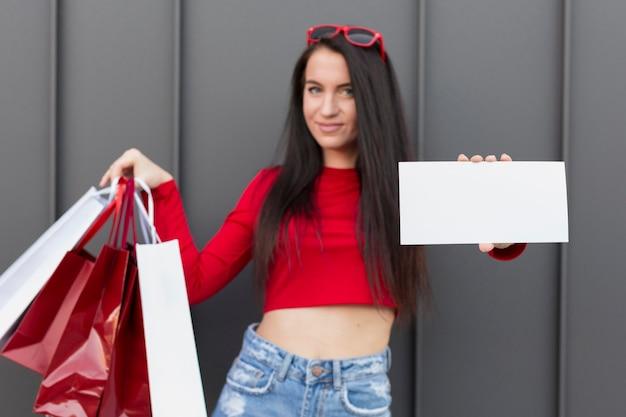 Cliente in camicia rossa che tiene la bandiera dello spazio della copia