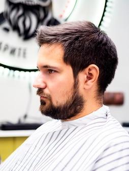 Cliente laterale che aspetta un taglio di capelli