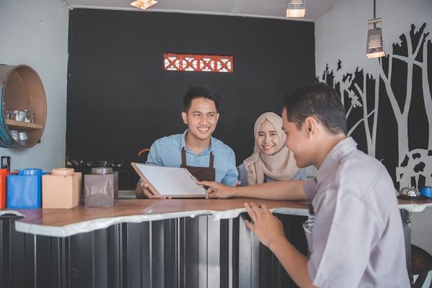 Cliente maschio che ordina caffè
