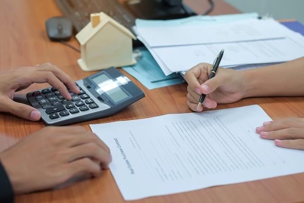 Cliente pronto a firmare un contratto di mutuo per la casa con un agente immobiliare.