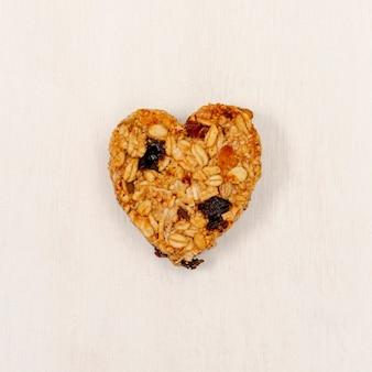Close-up a forma di cuore di cereali con uvetta