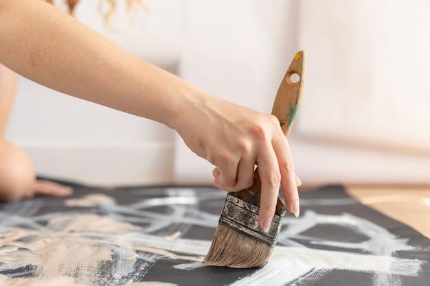 Close-up artist con la pittura a pennello
