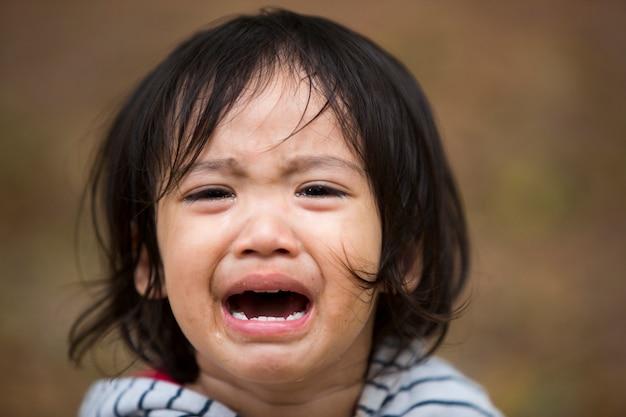 Close up bambina bambino piangere con lacrime sul viso