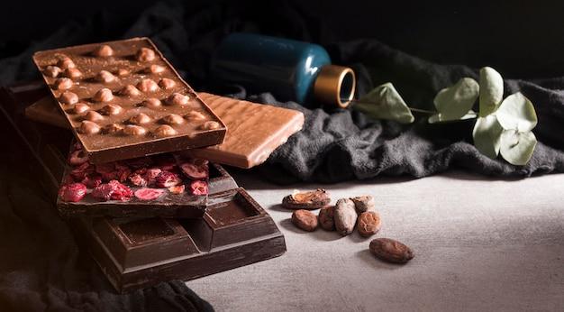 Close-up barrette di cioccolato con fave di cacao