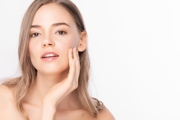 Close up bella giovane donna asiatica con pelle pulita fresca, cura del viso, trattamento viso, cosmetologia, bellezza, donne asiatiche ritratto,