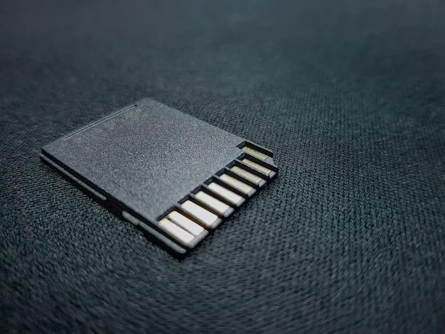 Close-up black sd card per la memorizzazione di file multimediali con messa a fuoco selettiva
